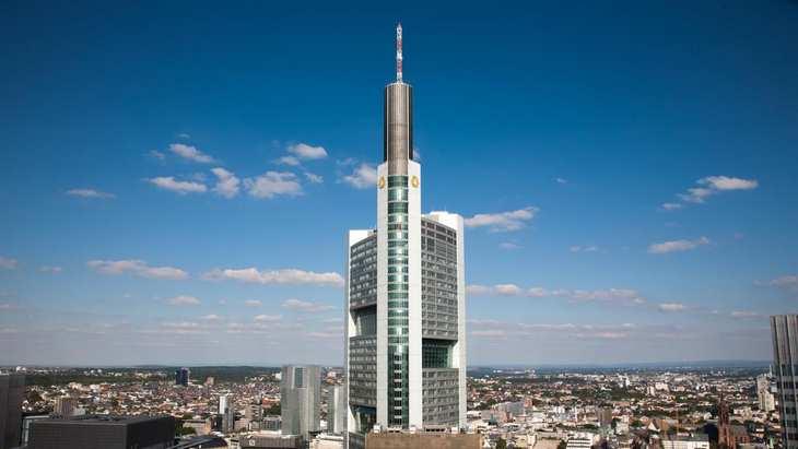 Die Frankfurter Konzernzentrale der Commerzbank wird neben den Filialen die Hauptlast beim geplanten Arbeitsplatzabbau tragen. Bild und Copyright: Commerzbank.
