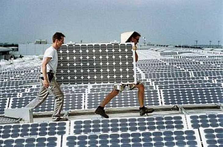 Montage von Solarmodulen für eine Dach-Solarenergieanlage. Bild und Copyright: Phoenix Solar.